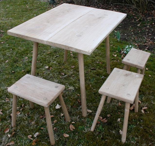 Einfacher Tisch mit Hockern aus Eiche